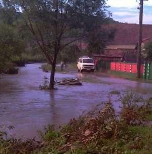 Drum blocat şi pericol de inundaţii în Ilba din cauza ruperii de nori