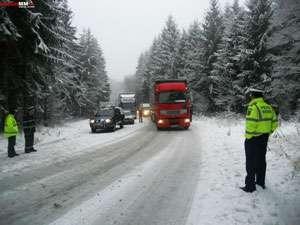Drumarii, luați pe nepregătite - DN18 este parțail blocat în pasul Gutâi. TIR-urile nu pot urca iar multe mașini sunt prin șanțuri