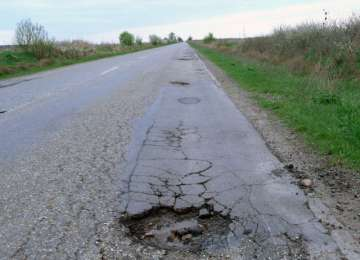 Drumuri de coşmar pe Valea Izei - Gropile din asfalt distrug maşinile maramureşenilor