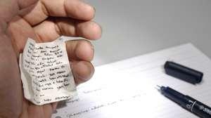 Şi profesorii copiază la examene - O profesoară a fost prinsă cu fiţuici la examenul de definitivat