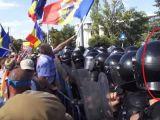ERAU PUȘI PE BĂTAIE - Jandarmi cu indicativul de pe cască ascuns cu bandă izolatoare pentru a nu putea fi identificați