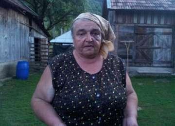 EXCLUSIV SIGHET 247 -- FOTO + VIDEO: O bătrână din Sighet a fost bătută crunt de către vecinii ei, soț și soție, pentru că nu a închis o poartă