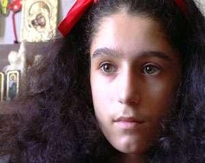 Fetiţa din Galaţi care suferă de hipersomnie a primit 10.000 de euro de la Gigi Becali pentru tratament