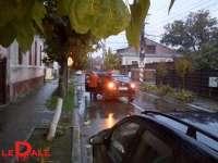 FOTO: SIGHET - Au pus stâlpișori în intersecție, iar șoferii s-au urcat cu mașina pe ei