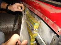 FOTO - 480 pachete de ţigări ascunse într-un autovehicul