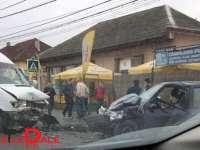 FOTO: ACCIDENT GRAV ÎN LAPUȘEL - Un autoturism și o utilitară s-au ciocnit violent. Trei victime