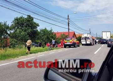 FOTO: ACCIDENT GRAV LA SEINI - Un șofer s-a izbit cu mașina de un stâlp
