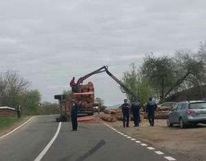 FOTO - Accident între Câmpulung la Tisa și Săpânța: O tambă cu lemne s-a răsturnat peste un Jeep