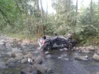 FOTO - Accident rutier soldat cu trei victime la ieşirea din Budeşti - S-au dat de cinci ori peste cap cu Duster-ul și au aterizat în pârâul Cosău