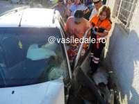FOTO - ACCIDENT: Șofer rănit grav după ce a intrat cu mașina în scările unui bufet