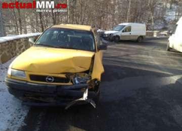 FOTO - ACCIDENT: Două mașini s-au ciocnit în pasul Gutăi, o femeie fiind rănită