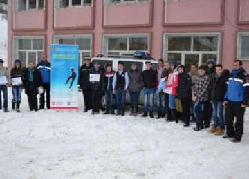 """FOTO: Activităţi ale jandarmilor montani maramureşeni, cu elevi ai Colegiului Economic """"Pintea Viteazul"""" din Cavnic"""
