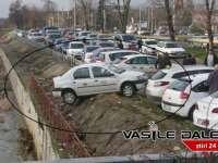 FOTO: BAIA MARE - Un taximentru era să cadă în râul Săsar din parcarea de lângă VIVO