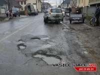 FOTO: BÂRSANA - Un șofer și-a rupt mașina într-un crater plin cu apă pe DJ186
