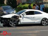 FOTO: Ca-n filme - Un buldozer a intrat într-un Audi A5 în Baia Mare