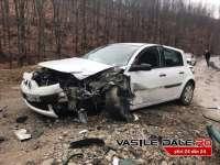 FOTO: CAVNIC - Impact violent între două autoturisme care s-au ciocnit frontal