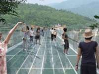 FOTO - Cel mai lung şi înalt POD DE STICLĂ din lume îţi taie respiraţia
