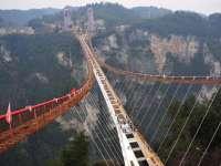 FOTO: China a deschis publicului cel mai lung pod de sticlă din lume