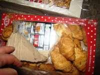 FOTO - Contrabandişti cu o imaginaţie bogată: Ţigări ascunse în cutii de prăjituri