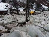 FOTO - Dezastru pe Valea Vaserului. Viitura și gheața au măturat totul în cale: case, mașini și calea ferată forestieră