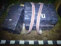 FOTO - Focuri de armă pentru prinderea contrabandiștilor de țigări. 15000 pachete de țigări confiscate