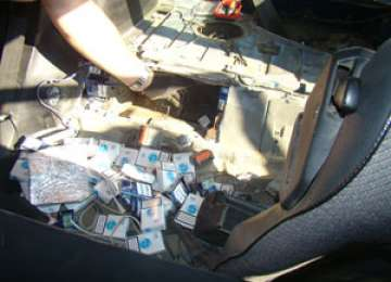 FOTO - Ţigări de contrabandă descoperite în rezervorul unui autoturism