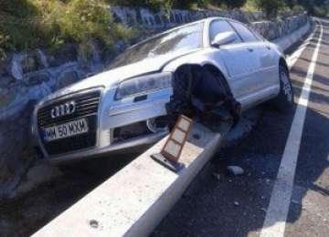 FOTO: LEORDINA - Un Audi s-a făcut praf, izbindu-se de un podeț din beton
