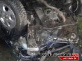 FOTO: MARAMUREȘ - Trei tineri răniți după ce mașina în care se aflau s-a izbit de un podeț din beton. Șoferul era băut