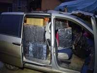 FOTO - Mașină burdușită cu țigări, abandonată la Rona de Sus