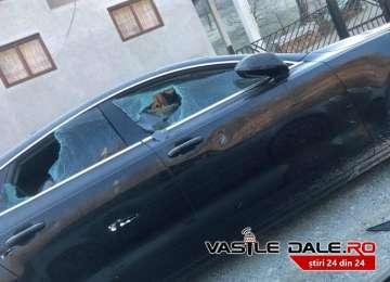 FOTO: MOISEI - Răzbunare în stil mafiot. Autoturism de lux spart cu toporul