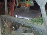 FOTO: Nu a redus viteza, a intrat în coliziune cu un alt autoturism şi a fost proiectat în terasa unui imobil