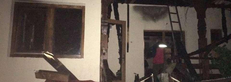 FOTO - O casă din Călinești a luat foc din cauza unei afumători nesupravegheate
