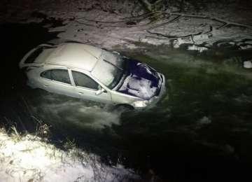 FOTO - O familie din Leordina a ajuns cu mașina în râu