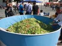 FOTO: Oradea - O salată uriașă de primăvară, de o tonă, preparată pentru promovarea producătorilor autohtoni