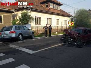 """FOTO - S-au întors """"străinii"""": O șoferiță a izbit în plin un autoturism care circula regulamentar la PETROVA"""