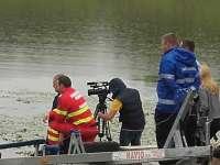 FOTO: Scafandrii au intrat din nou în lac și îl caută pe tânărul dispărut sâmbătă seara în Ocna Șugatag