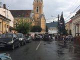 FOTO - SIGHET: Circulație blocată pe Centru după ce un microbuz a fost izbit în plin de un autobuz de transport în comun