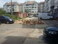 FOTO - SIGHET: Un locatar și-a descărcat lemnele de foc în spatele blocului unde locuiește, blocând parcarea de câteva zile