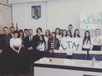 """FOTO - Spectacol ceaușist de zile mari la Primăria Sighet cu ocazia semnării contractelor de finațare pe PNDL: Elevii Liceului """"Marmația"""" aduși cu arcanul să aplaude politicienii în sală"""