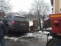 FOTO - Tânăr băut, înfipt cu BMW-ul de teren în poarta unui sighetean de pe strada Tisei