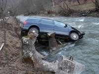 FOTO - Un autoturism a plonjat în râul Sălăuța în localitatea Romuli