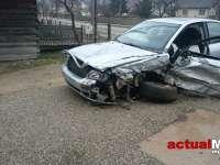 FOTO - Un pasager a fost rănit după ce un șofer a ajuns cu mașina în șanț la Moisei