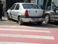 FOTO - Unii șoferi sigheteni parchează fără nicio urmă de bun simț pe trecerile pentru pietoni și pe locurile destinate persoanelor cu handicap