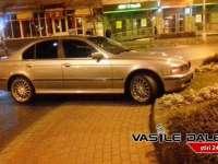 FOTO: URMĂRIRE ÎN TRAFIC - Trei echipaje de poliție au blocat un BMW într-un sens giratoriu din Baia Mare