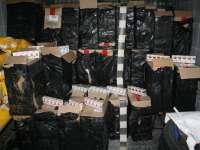 FOTO - VIDEO: 50.000 de pachete de ţigări în valoare de peste 490.000 lei confiscate la frontiera cu Ucraina