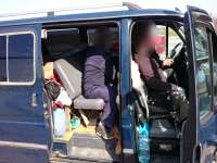 FOTO & VIDEO - Minoră de 4 ani ascunsă de bunica sa într-un microbuz pentru a ieşi ilegal din România