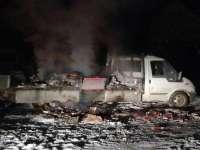 FOTO & VIDEO - Un contrabandist și-a dat foc la mașină și la țigările de contrabandă pentru a scăpa de polițiștii de frontieră