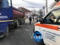 FOTO&VIDEO - O șoferiță s-a izbit cu mașina de o autobasculanta. Ea și tatăl ei sunt răniți