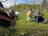 FOTO&VIDEO - Prins sub tractor după ce a pierdut controlul volanului într-o zonă accidentată și s-a răsturnat