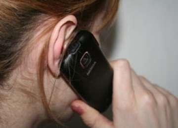 FURT: În timp ce vorbea la telefonul mobil un tânăr i l-a smuls din mână